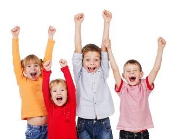 Enfants souriants les mains dans les airs