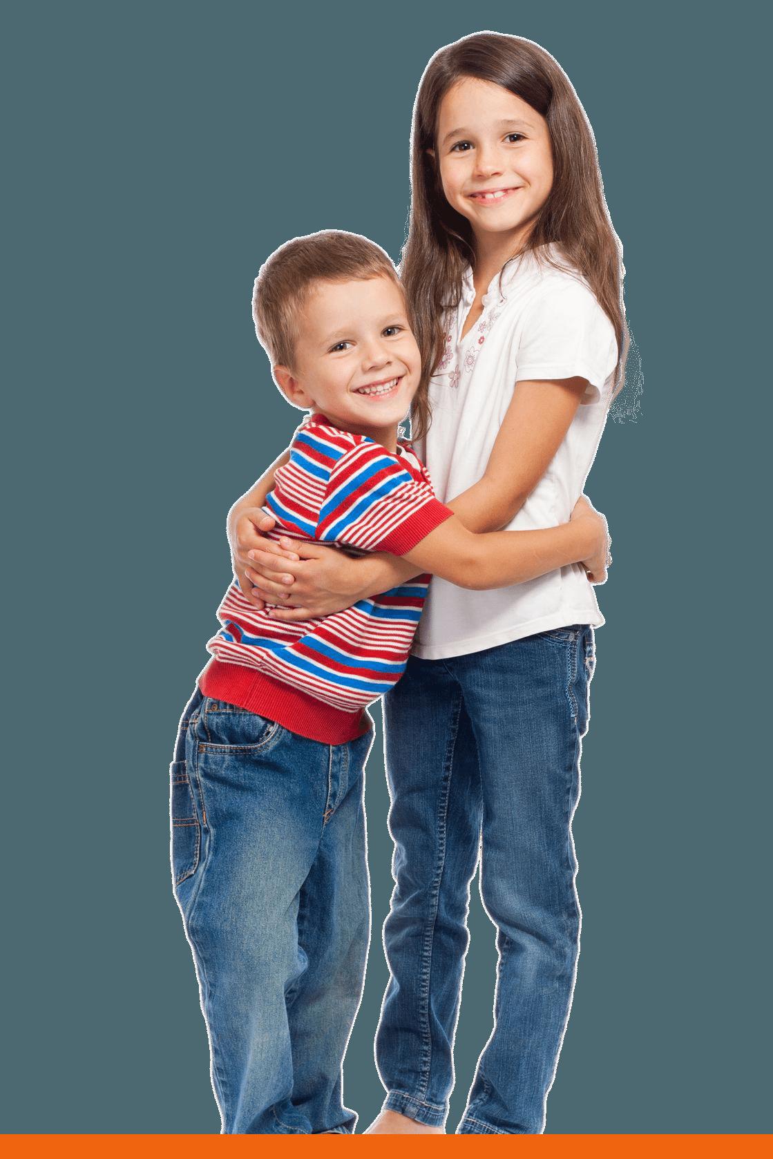 Enfants souriants qui se font une accolade